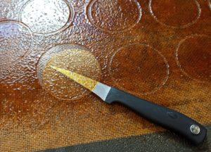 3. késsel leválasztjuk a karamell lapokat a szilikonról