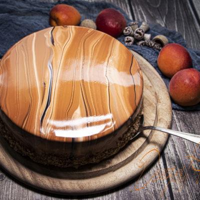 Karamellizált fehér csoki mousse rozmaringos sárgabarackkal és tükörglazúrral