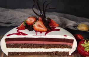 Fehér csoki mousse torta eper textúrákkal és tükörglazúrral