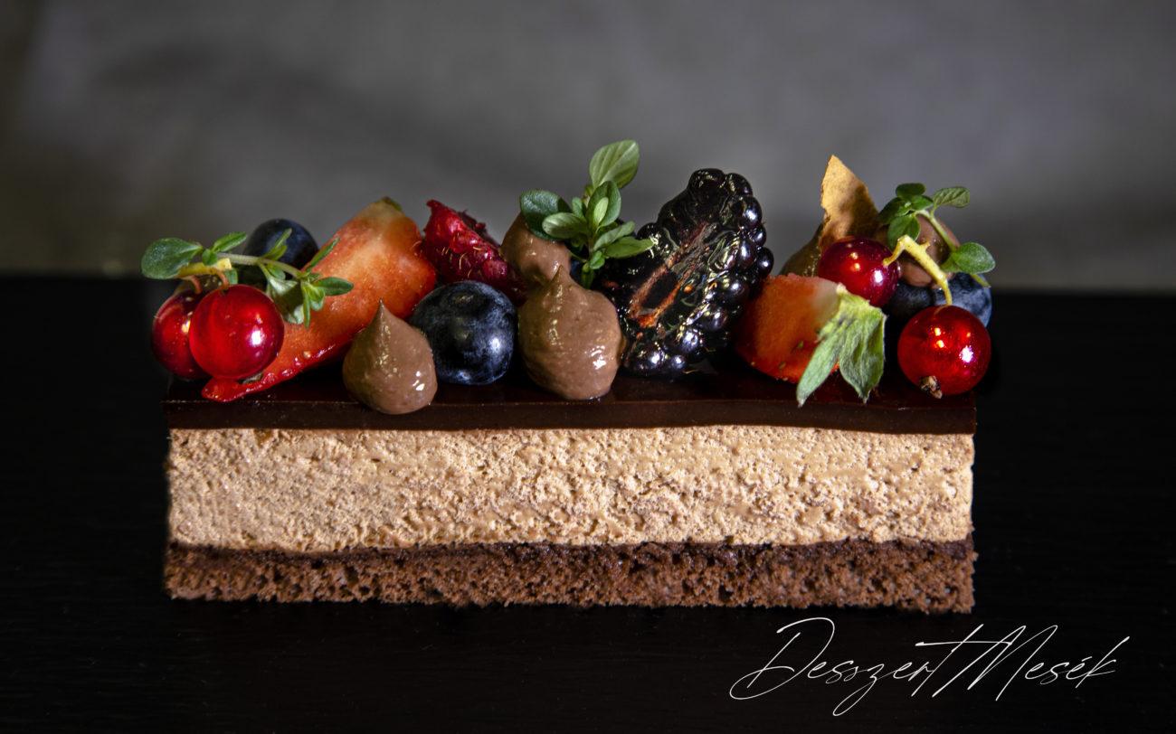 Csokoládé mousse szelet erdei gyümölcsökkel